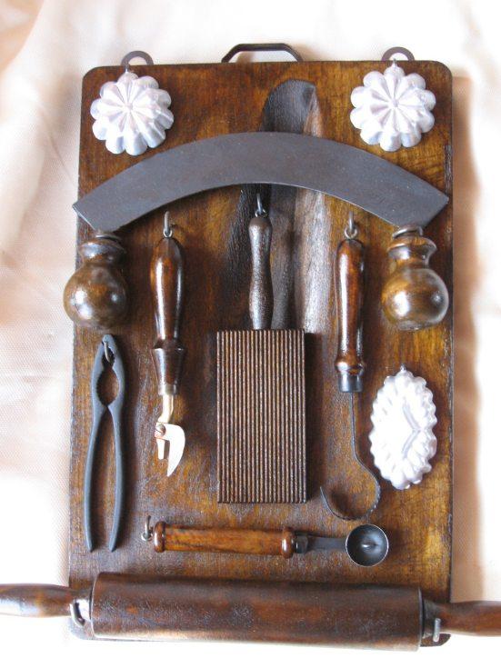 Vecchio tagliere con antichi attrezzi cucina restaurati - Attrezzi per cucina ...