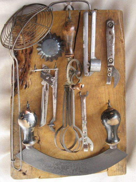 Antico asse cucina da taverna con attrezzi - Attrezzi da cucina ...