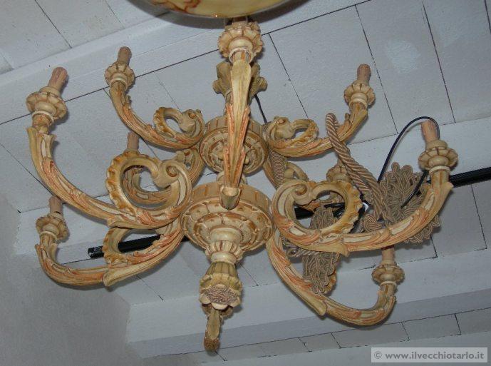 Lampadario Antico In Legno : Grande lampadario in legno laccato antico